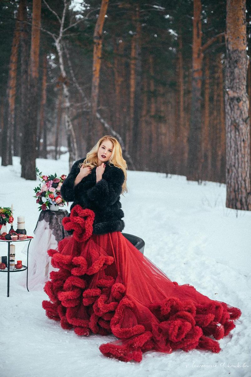 что это фотосессия свадьбы в красном платье зимой еще долго